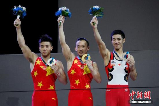 资料图:肖若腾(中)在2017年体操世锦赛获全能金牌。 <a target='_blank' href='http://www.chinanews.com/'>中新社</a>记者 余瑞冬 摄