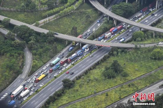 广河高速腊圃至八斗路段大批车辆缓慢行驶。 <a target='_blank' href='http://www.chinanews.com/' rel=