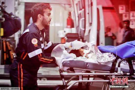 巴西总统米歇尔・特梅尔在社交网络上称,对于涉及儿童的悲剧十分抱歉,这对于这些家庭来说,一定是非常、非常痛苦的经历,对此表示沉痛哀悼。图为医护人员转移受伤儿童。