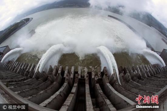 2017年10月5日,湖北宜昌,三峡大坝开启四孔泄洪深孔下泄秋汛,吸引了诸多游客观赏。 图片来源:视觉中国