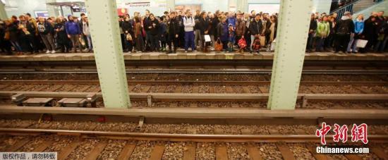 恶劣天气造成交通严重瘫痪。当天,柏林地铁和公交一度停运。根据德国铁路公司和机场方面发布的信息,当天往返北部石荷州、汉堡、不来梅、下萨克森、柏林、勃兰登堡、梅前州、萨克森-安哈尔特以及大莱比锡地区的列车被迫暂时停运;柏林最主要的泰格尔机场当天下午16时许开始有多架航班被取消。