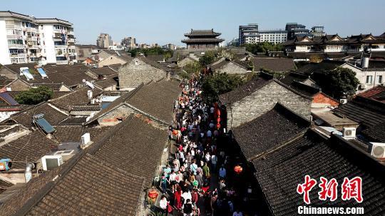 图为扬州东关古街游人热情依旧。 孟德龙 摄