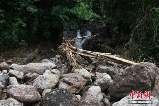 """当地时间2017年10月6日,洪都拉斯山谷省,热带风暴""""纳特""""过境造成破坏。新形成的热带风暴""""纳特""""5日在中美洲地区造成至少22人死亡。热带风暴造成局部强降雨,部分路面严重损毁。""""纳特""""还可能会加强成为飓风,继续肆虐墨西哥湾沿岸地区。"""