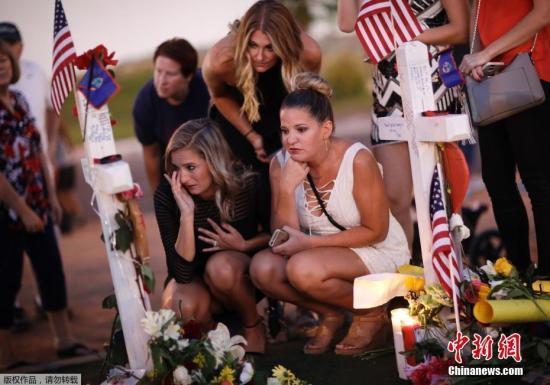 警方称,帕多克在过去数十年间获取了这些枪支弹药,并精心策划了这起袭击,由此看来帕多克以往的生活中隐藏着诸多不为外人所知的秘密,最终导致悲剧发生。图为拉斯维加斯民众悼念遇难者。