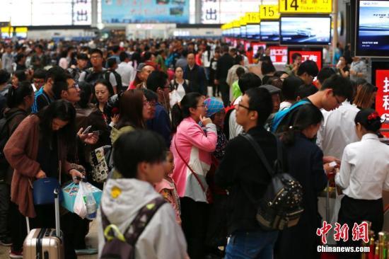 资料图:北京南站的旅客。<a target='_blank' href='http://www.chinanews.com/'>中新社</a>记者 富田 摄
