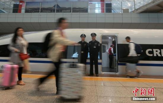 武汉铁路公安局加大巡查力度,保证旅客安全出行。 赵军 照