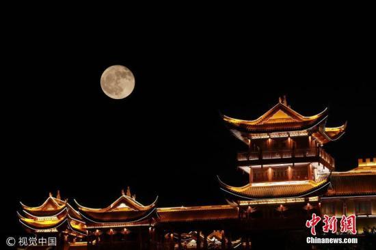 资料图:贵州省毕节市七星关区的中秋明月。(多重曝光) 图片来源:视觉中国