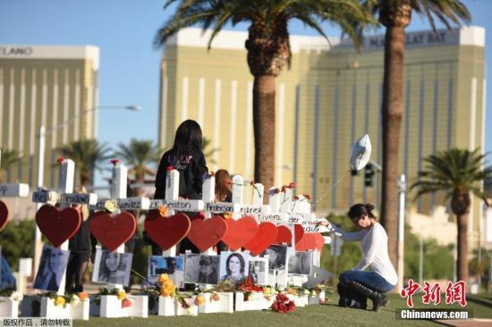 当地时间2017年10月6日,美国拉斯维加斯,民众持续悼念拉斯维加斯枪击案遇难者。美国赌城拉斯维加斯10月1日晚间发生史上最严重枪击案,事件已经导致至少59死527伤。