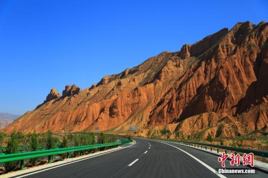 青海循隆高速公路。 韩龙 摄