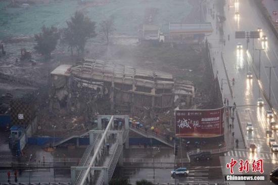 资料图:太原闹市违建烂尾十余年被爆破拆除。<a target='_blank' href='http://www.chinanews.com/'>中新社</a>记者 韦亮 摄