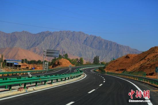 青海循隆高速公路建成通车,标志着中国唯一一个撒拉族自治县——青海循化撒拉族自治县结束了没有高速公路的历史。 韩龙 摄