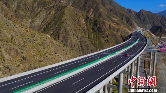 青海循隆高速公路航拍图。 马成龙 摄