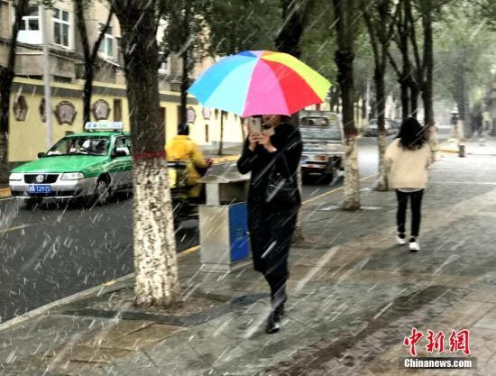 10月9日,受冷空气影响,青海省西宁市迎来入秋以来首场降雪。中新社记者 孙睿 摄