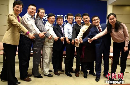 10月9日,国新办在北京举行中外记者见面会。徐川、尼玛江村、黄成、许泽玮、陶建伟、罗鹏、崔伟、孙斌斌、高纪兵9位来自基层的中国共产党年轻党员代表与中外记者见面,并答记者问。中新社记者 张勤 摄