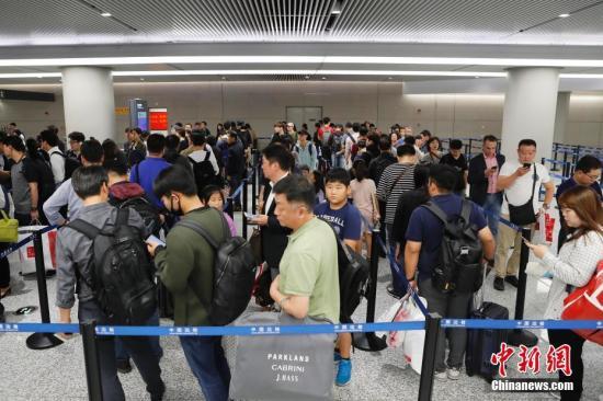 资料图:上海虹桥国际机场迎返程高峰。 中新社记者 殷立勤 摄