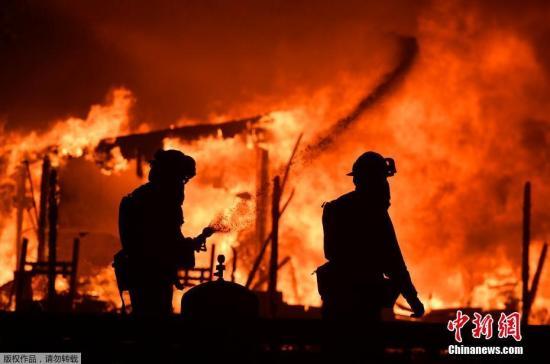 当地时间10月9日,美国加利福尼亚州纳帕谷葡萄酒区发生火灾,现场火光冲天。