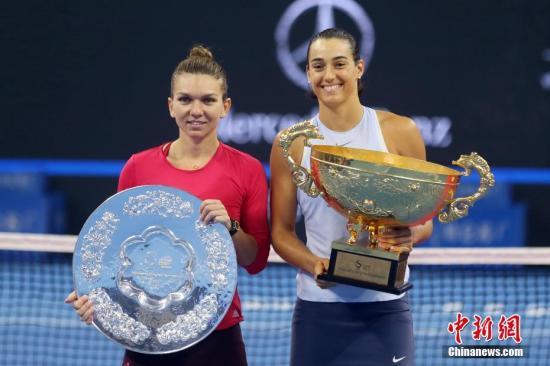 10月8日,加西亚(右)与哈勒普在颁奖仪式上。当日,在2017中国网球公开赛女子单打决赛中,加西亚2比0战胜哈勒普,夺得冠军。 <a target='_blank' href='http://www.chinanews.com/'>中新社</a>记者 韩海丹 摄