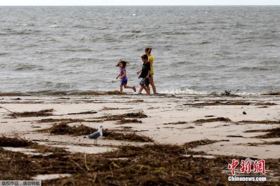 """资料图:当地时间2017年10月8日,美国密西西比州比洛克西,飓风""""纳特""""过境当地狼藉一片,民众开始灾后恢复工作。"""