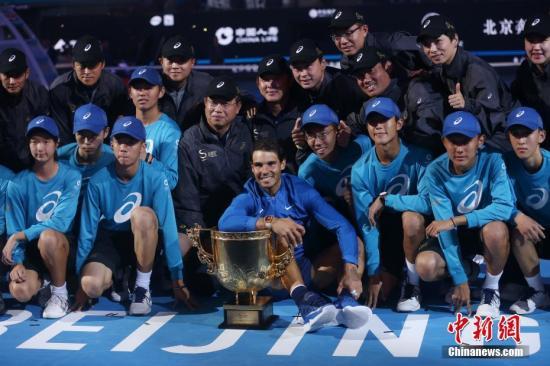 10月8日,纳达尔颁奖仪式上庆祝胜利。当日,在2017中国网球公开赛男子单打决赛中,纳达尔以2比0战胜克耶高斯,夺得冠军。 中新社记者 韩海丹 摄