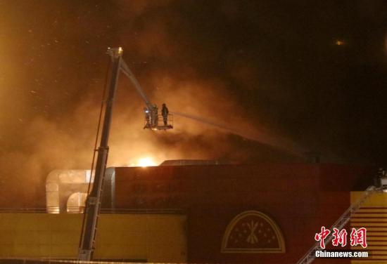 """当地时间10月8日,消防员正在灭火。当天莫斯科一家名为""""辛迪加(SINDIKA)""""的大型商场发生火灾。俄紧急情况部发布消息称,目前商场过火面积已达到了5.5万平方米,3000余人被疏散。 中新社记者 王修君 摄"""
