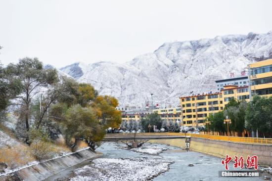 10月8日夜晚,受冷空气影响,甘肃肃南裕固族自治县迎来了十月以来的第二场雪。 武雪峰 摄