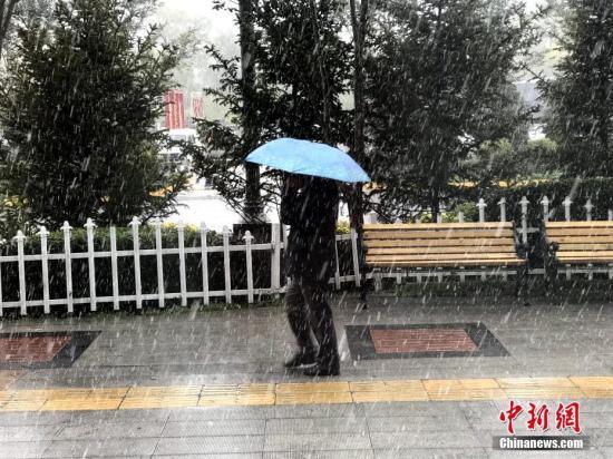 资料图:10月9日,受冷空气影响,青海省西宁市迎来入秋以来首场降雪。中新社记者 孙睿 摄