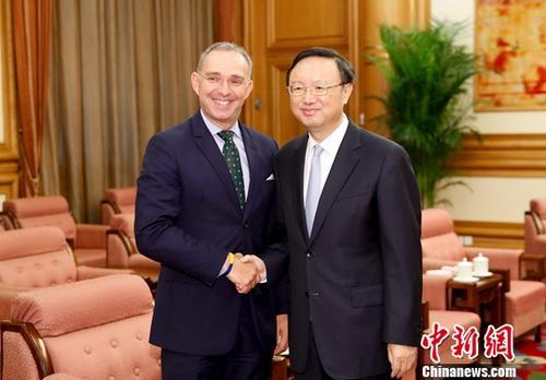 10月9日,中国国务委员杨洁篪北京会见英国首相国家安全顾问塞德维尔。 记者 杜洋 摄