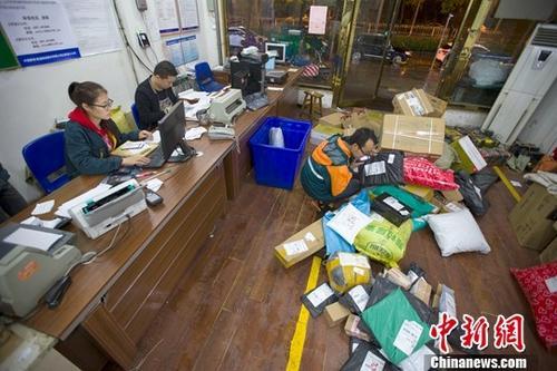 资料图:物流工作人分拣快递。中新社记者 张云 摄