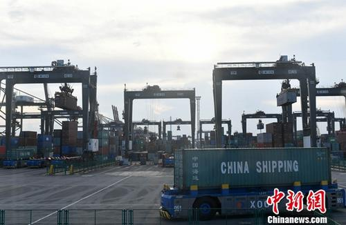 图为:码头货物装卸。(资料图)中新社记者 吕明 摄