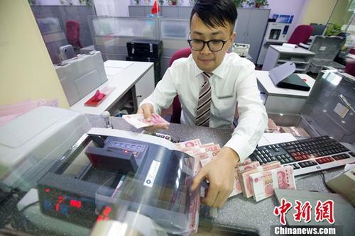 10月9日,中国央行公布数据显示,截至9月末,中国外汇储备为31085.10亿美元,相比8月末增加169.83亿美元,升幅约0.5%,实现连续8个月上升。图为7日,山西太原,银行工作人员清点货币。/p中新社记者 张云 摄
