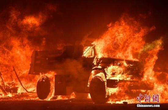 整辆车被大火吞噬 。图片来源:视觉中国