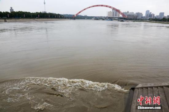 资料图:汉江秋汛。中新社记者 张畅 摄