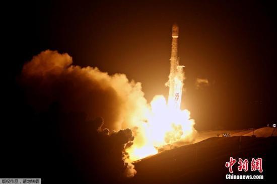 """当地时间2017年10月9日,美国加州,美国太空探索技术公司(SpaceX)在周一成功完成了今年第14次""""猎鹰9号""""火箭发射任务,距离实现今年总计发射20次至24次火箭的目标又近了一步。猎鹰9号在周一黎明前从加州中海岸的范登堡空军基地发射升空,把铱星通信公司的10颗通信卫星送入近地轨道。在发射大约一个小时后,这些卫星将会完成部署。完成发射后,猎鹰9号一级助推器成功返回地球,准确降落在无人海上驳船上。至此,SpaceX的22次火箭回收已经成功了17次。"""