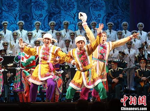 当地时间10月9日,俄中友协成立60周年庆祝大会在莫斯科举行。期间,俄罗斯演员为观众带来了精彩的歌舞表演。俄中友协前身为苏中友协,成立于1957年10月。 记者 王修君 摄