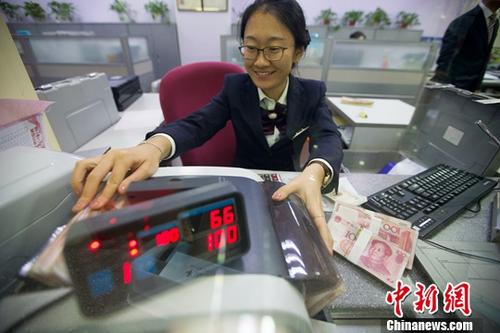 10月10日,山西太原,银行工作人员正在清点货币。中新社记者 张云 摄