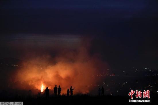 美加州南部突发野火 迫使400多户居民撤离