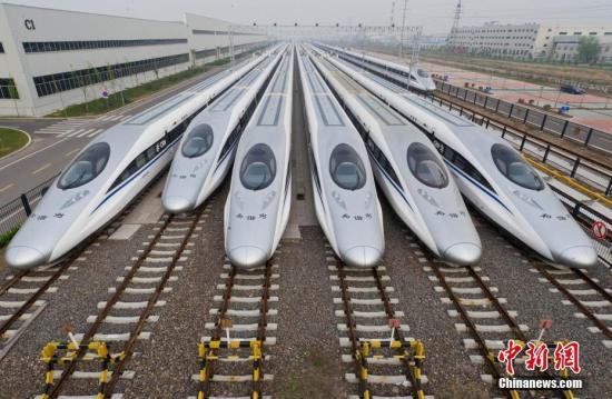 """中国高铁的这五年迎来诸多世界第一。2012年12月26日,世界里程最长的高铁�D�D京广高铁正式全线通车;2014年12月26日,世界上一次性建成里程最长的高铁�D�D兰新高铁全线贯通;2017年9月21日,世界上高铁商业运营速度最快的高铁�D�D京沪高铁""""复兴号""""实现350公里时速运营。截至2016年底,中国高铁运营里程超过2.2万公里,位居世界第一位。""""四纵四横""""高铁网络已基本建成。同时,中国高铁以先进的技术、完善的设备及全球互利共赢的理念被世界所认可,代表着今天的中国产业从""""制造""""到""""创造""""的升级。高铁不仅改变了城市间的距离,也悄悄改变着中国人的生活方式和思维方式,异地置业,跨省上班,双城生活…..."""
