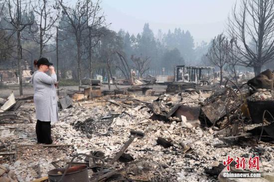 当地时间10月10日,美国加州圣塔罗莎市被烧毁的科菲公园(Coffey Park)住宅区。8日晚间在酒乡纳帕、索诺玛发生至少14起野火,至10日傍晚已至17人死亡,近200人失踪,2万多人撤离,约2000栋民居和商业楼宇被烧毁,受灾面积达11万英亩。 记者 刘丹 摄