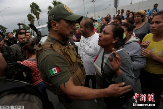 当地时间2017年10月10日,墨西哥蒙特雷郊区Cadereyta Jimenez,当地一监狱内发生骚乱,警方赶赴监狱维持秩序,囚犯家属焦急等待消息。