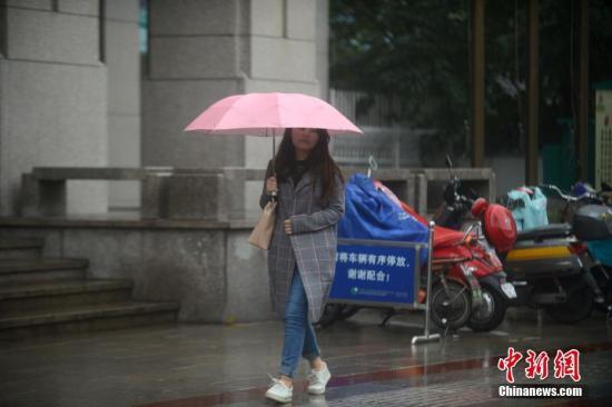 资料图:江苏迎大风降温天气,市民穿秋装出行。孟德龙 摄