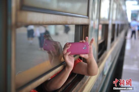 """中国高铁的这五年迎来诸多世界第一。2012年12月26日,世界里程最长的高铁――京广高铁正式全线通车;2014年12月26日,世界上一次性建成里程最长的高铁――兰新高铁全线贯通;2017年9月21日,世界上高铁商业运营速度最快的高铁――京沪高铁""""复兴号""""实现350公里时速运营。截至2016年底,中国高铁运营里程超过2.2万公里,位居世界第一位。""""四纵四横""""高铁网络已基本建成。同时,中国高铁以先进的技术、完善的设备及全球互利共赢的理念被世界所认可,代表着今天的中国产业从""""制造""""到""""创造""""的升级。高铁不仅改变了城市间的距离,也悄悄改变着中国人的生活方式和思维方式,异地置业,跨省上班,双城生活…..."""