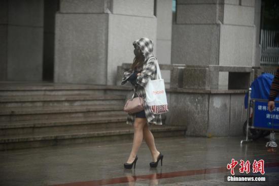 江苏市民穿上秋装走在街头。孟德龙 摄