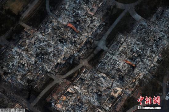 10月11日,美国加州一小镇山火过后居民住宅区变成一堆瓦砾。