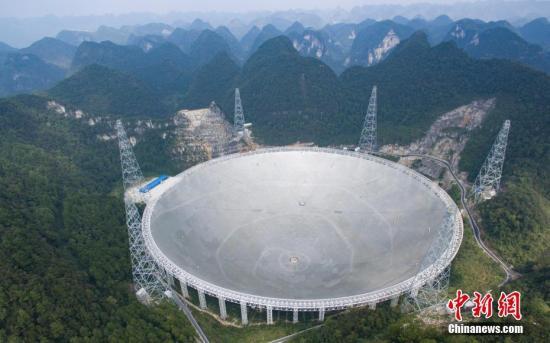 图为2016年9月25日,世界最大单口径射电望远镜�D�D500米口径球面射电望远镜(简称FAST)在贵州平塘县克度镇喀斯特洼坑中落成。 中新社记者 贺俊怡 摄