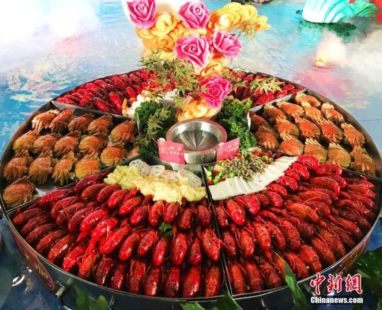 资料图:龙虾盛宴,香气四溢。(<a target='_blank' href='http://www.chinanews.com/'>中新社</a>记者 泱波 摄)