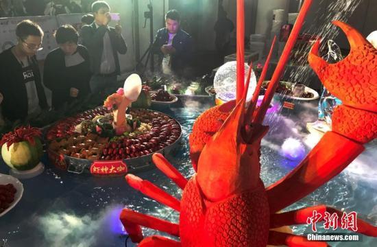 餐桌上的龙虾。(<a target='_blank' href='http://www.chinanews.com/'>中新社</a>记者 泱波 摄)