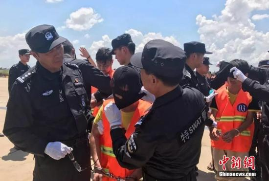 10月12日,70余名在柬埔寨涉嫌网络诈骗的中国嫌犯,在柬移民局警方和中国警方押送下从金边机场被遣返。<a target='_blank' href='http://www.chinanews.com/'>中新社</a>记者 钟欣 摄