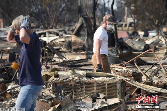 资料图:美国加州,大火灾区一片废墟,预计将会有更多居民需要撤离。