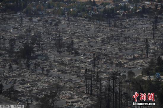 航拍加州山火,所到之处只剩一片瓦砾。