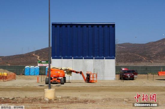 资料图:美墨边境墙样品。
